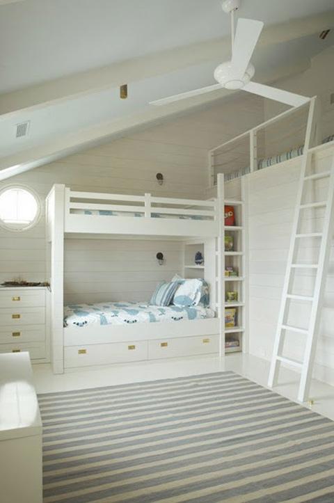 Ein Hochbett Ist Platz Für Drei In Diesem Kinderzimmer. Eine Dezente Farbe  Palette Und Messing Schublade Zieht Verleihen Dem Raum Einen Hauch Von  Eleganz.
